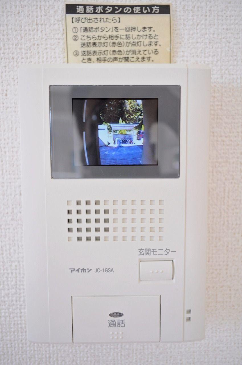 来訪者をカラー映像で確認できるモニターホン。ドアを開ける前にはしっかり要件を聞きましょう。