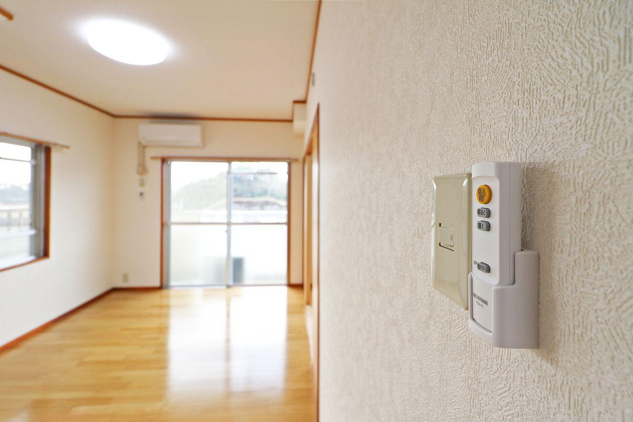 照明はLEDでリモコン付き。電力的にも省エネで、寝たまま電気を消せるので体力的にも省エネです。笑
