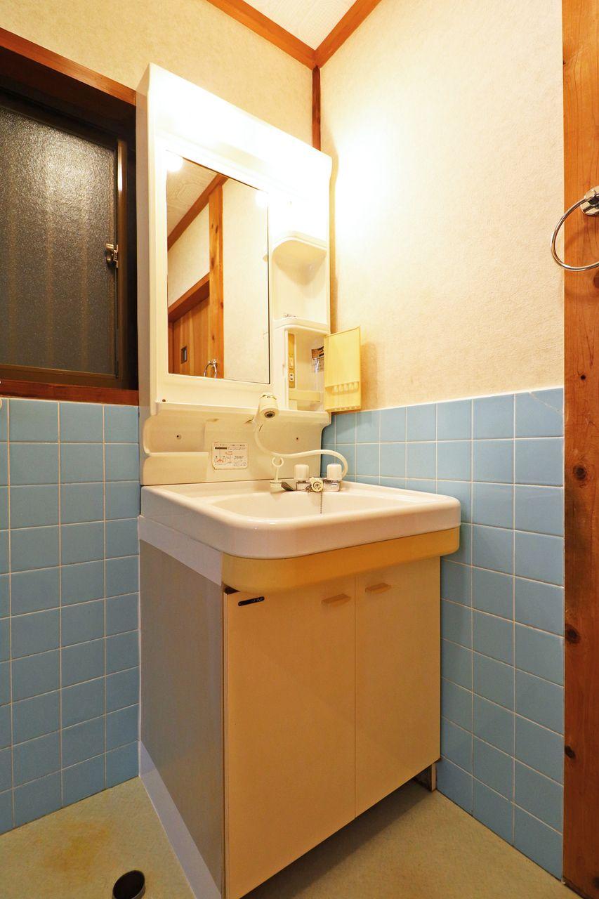 ハンドシャワー付きの洗面台。朝シャンでも昼シャンでも何回もやっちゃって下さい!