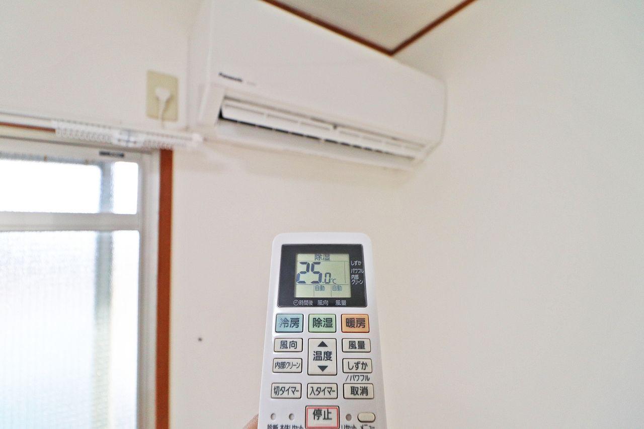 新品のエアコンが付いています。今と20年前のエアコンを比較すると、約40%省エネらしいです。