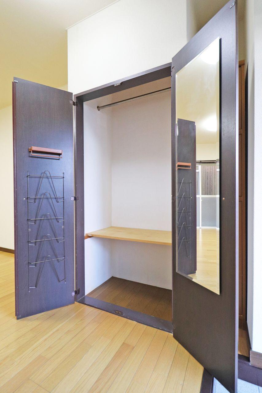 棚や鏡も付いて、この収納一つで色々とカバーできます。