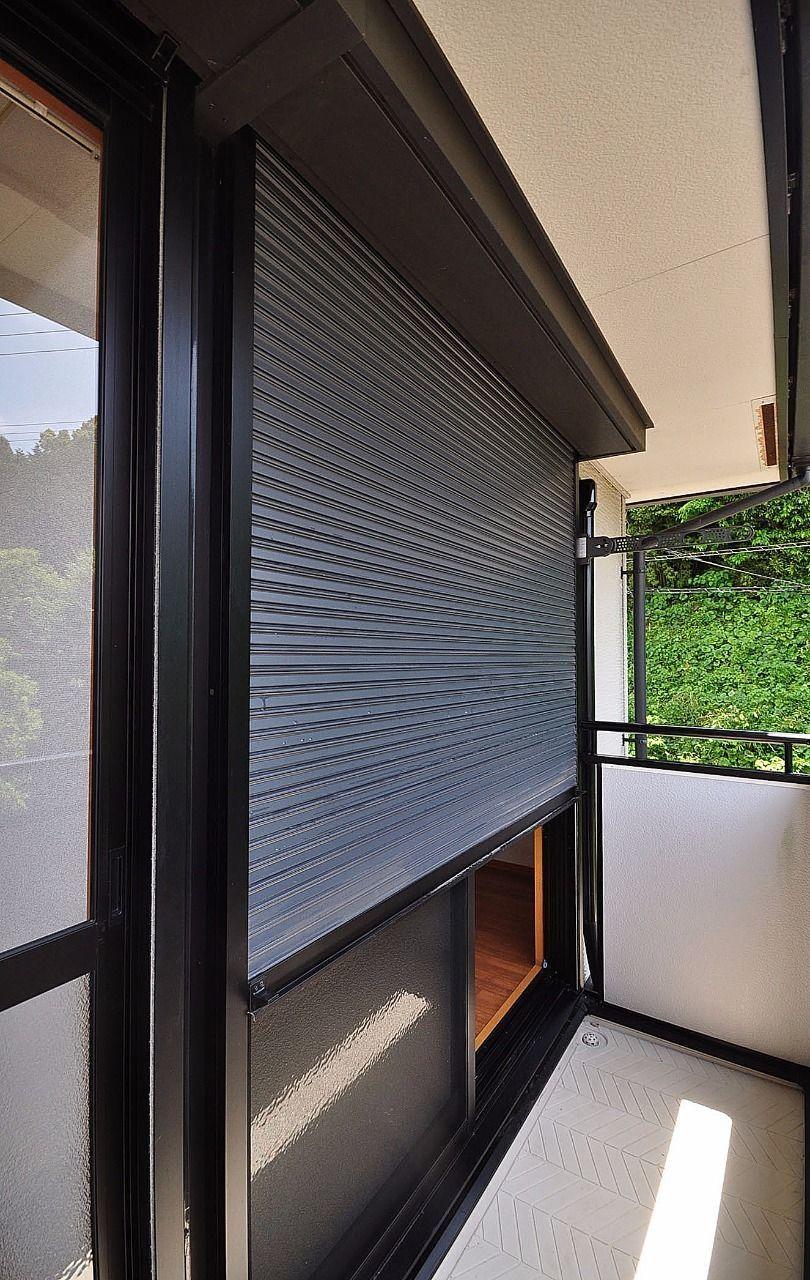 軽く開け閉めできるシャッタータイプの雨戸です。台風の時重宝します。