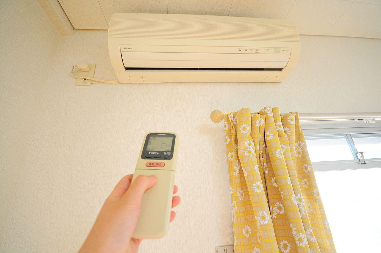 洋室にはしっかりエアコンが設備として付いています。入居に合わせて購入する必要なし!!