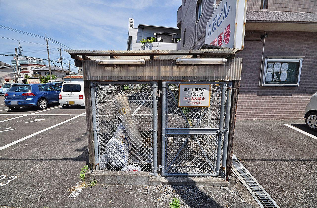 柵にしっかり囲まれているので動物たちに荒らされることはありません。ゴミを出す際には四万十市の指定ゴミ袋に入れて出すようにしてくださいね。