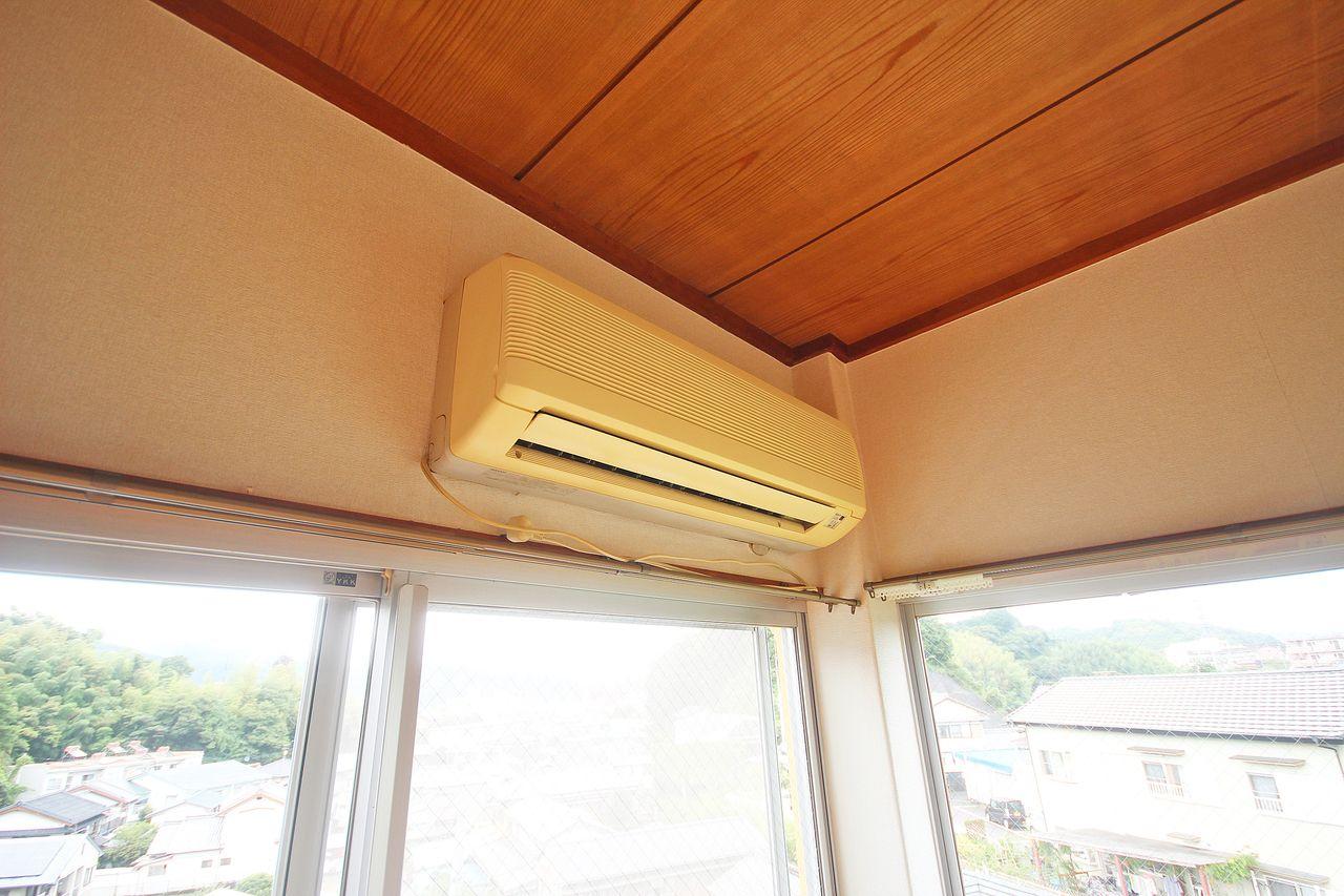 エアコンが1台付いています。室内での熱中症も最近よく聞きますので、我慢もほどほどでコイツを頼ってください。