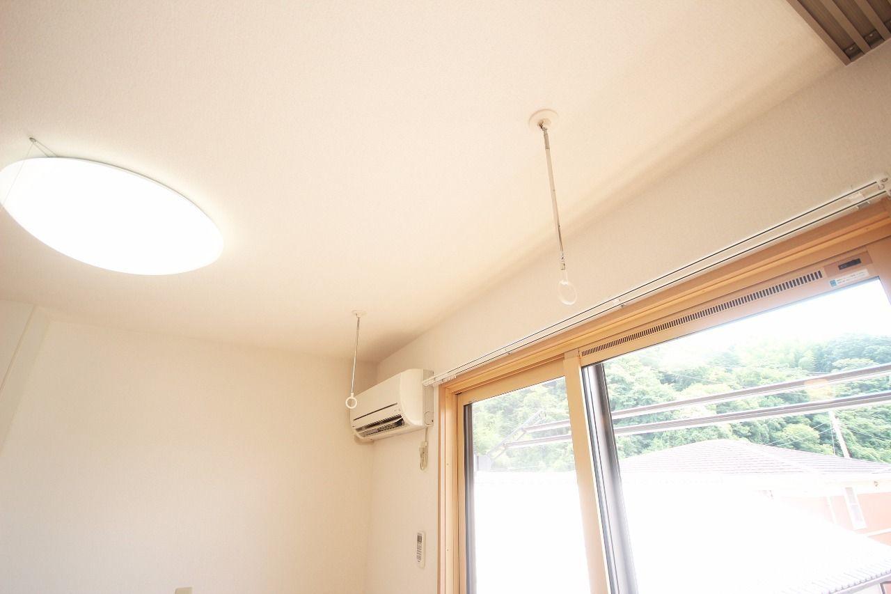 雨の日や花粉の多い季節に役立ちます。使用しないときは壁にかけられます。
