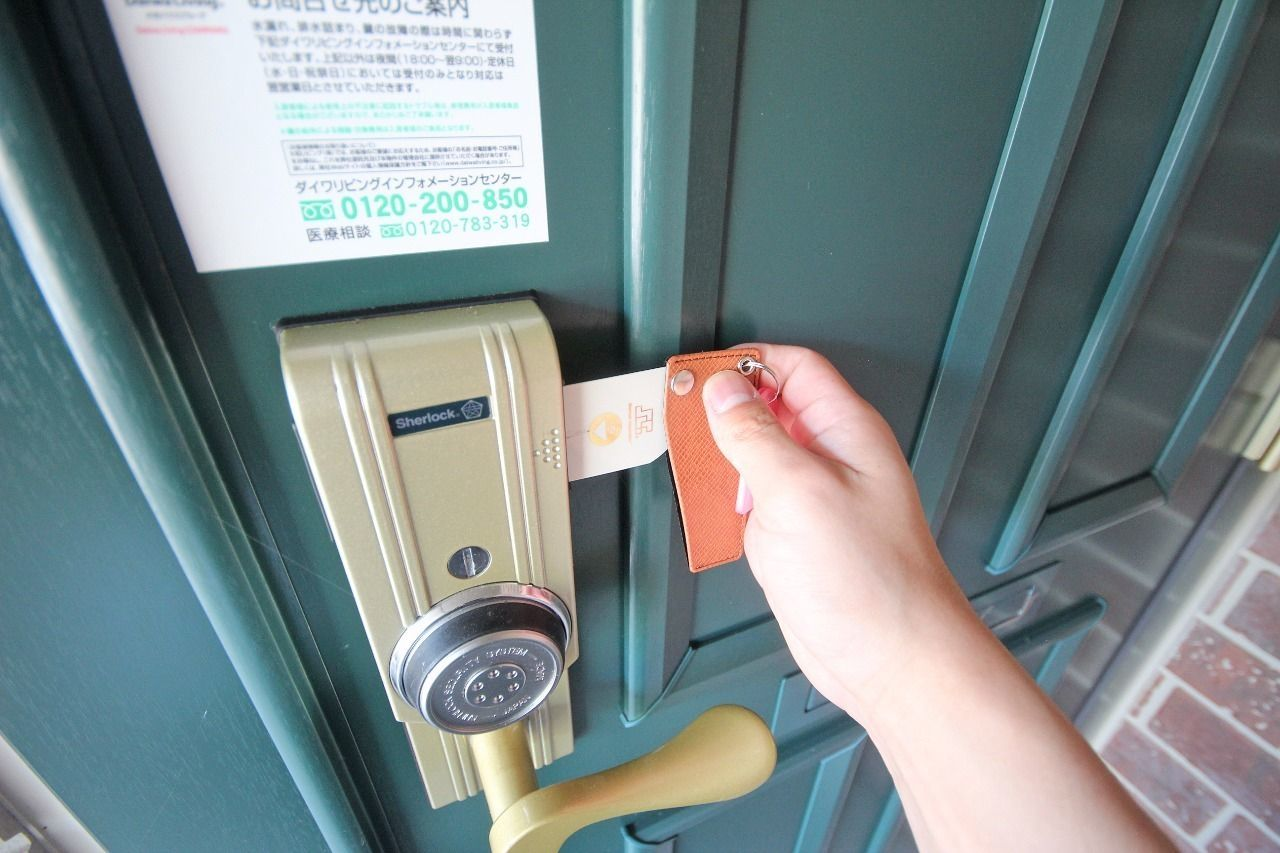 玄関錠はカードを差し込んで丸い部分を回して開閉錠します。革製のケースがオシャレ♪
