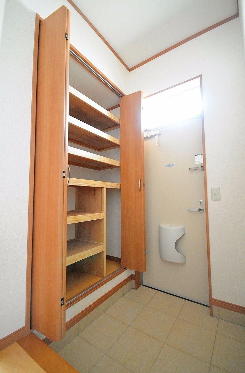 靴だけでなく小物も収納できる下駄箱をビルトイン、天井までたっぷり使ってください!