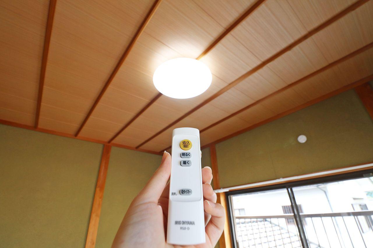 LED照明は紫外線をほとんど含みません。紫外線を含まないと、美術品などが色あせず劣化しにくくなるというメリットもありますが、虫が寄ってこないという地味だけれども嬉しいメリットもあります。