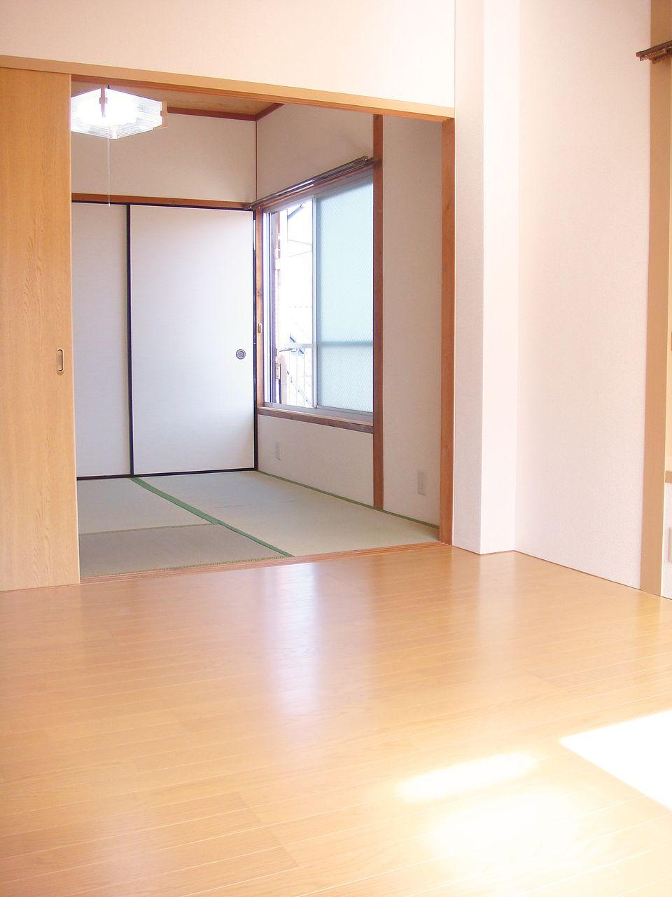 仕切りを外すと10.5畳のお部屋に大変身!角部屋なので窓も多いので、のびのびとした生活を送れそう。