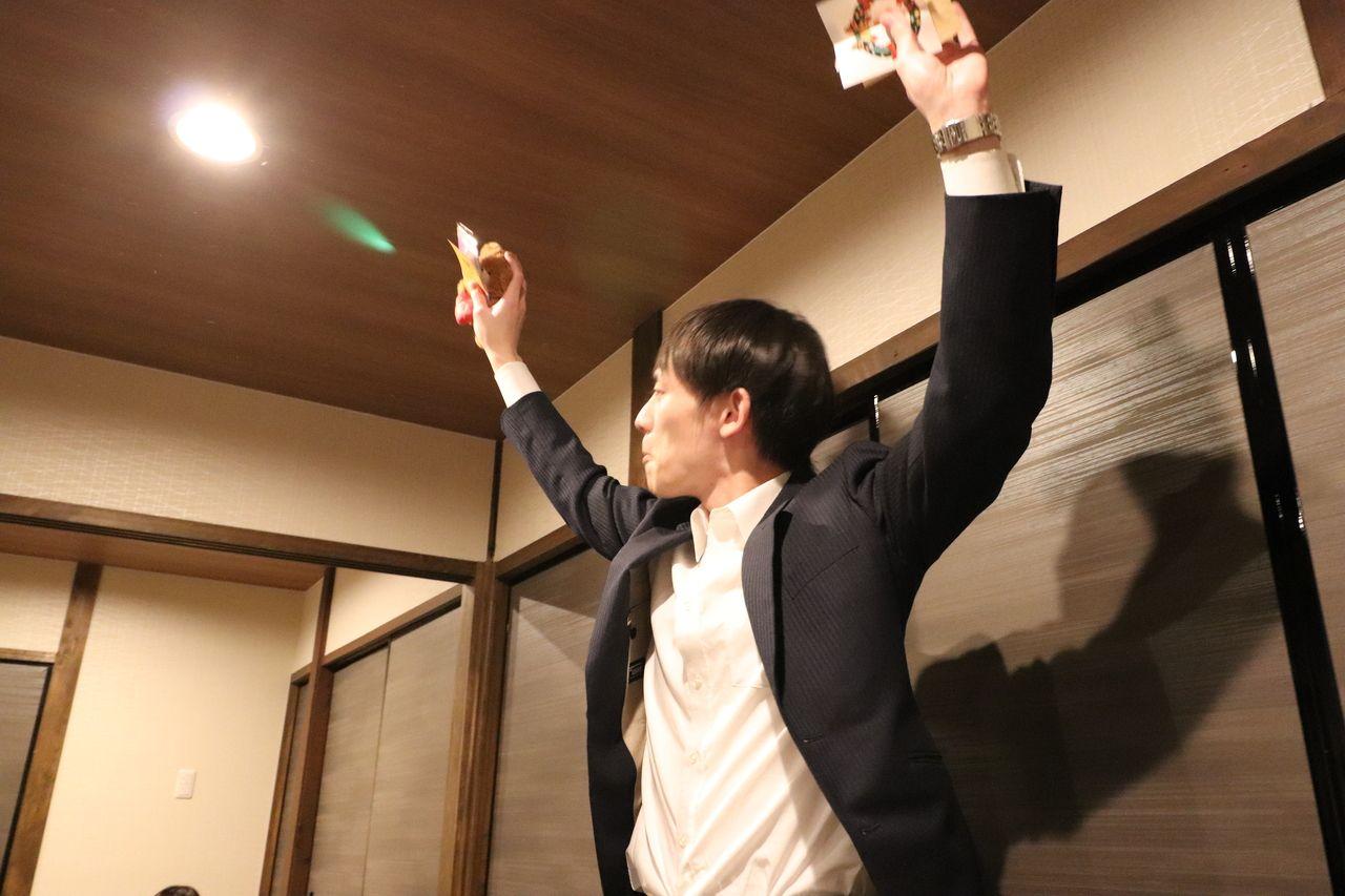2位の商品、2万円分商品券は中西さんの手に渡って行きました。
