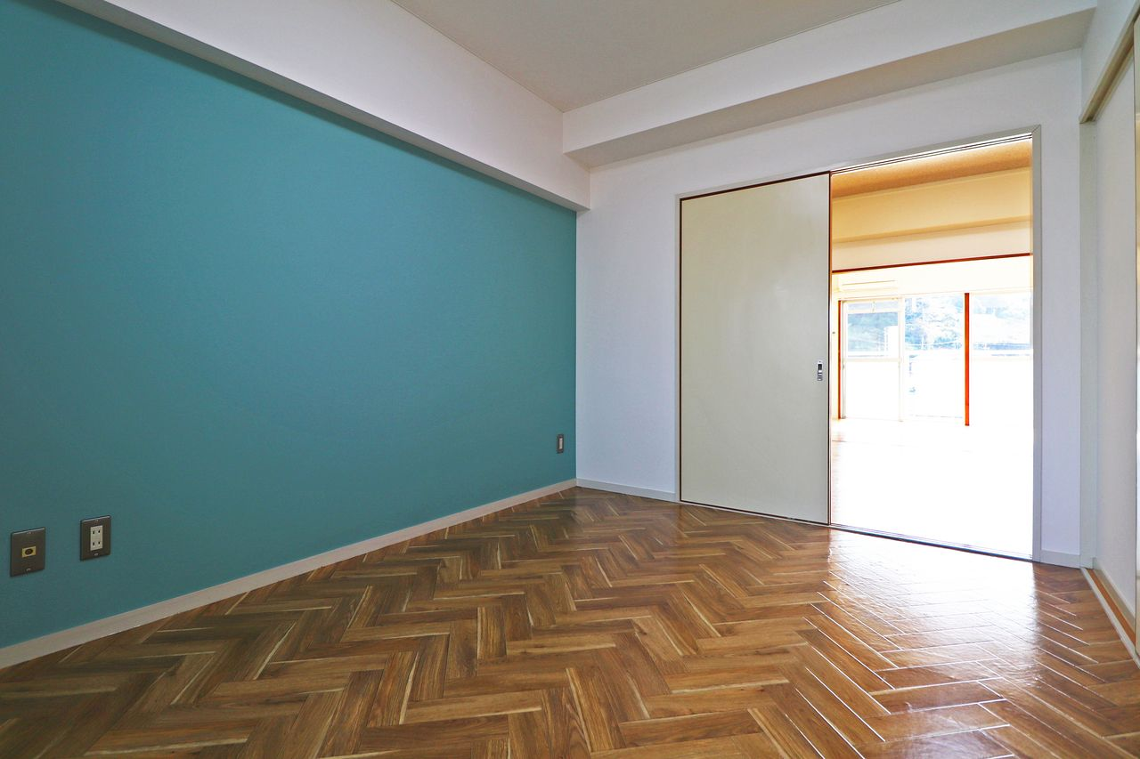 四万十市の賃貸管理会社ヤマモト地所のリフォーム(アクセントクロス・床はヘリンボーン)の写真です。