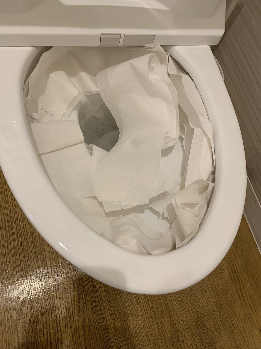 トイレのフチにまんべんなくトイレットペーパーを敷く