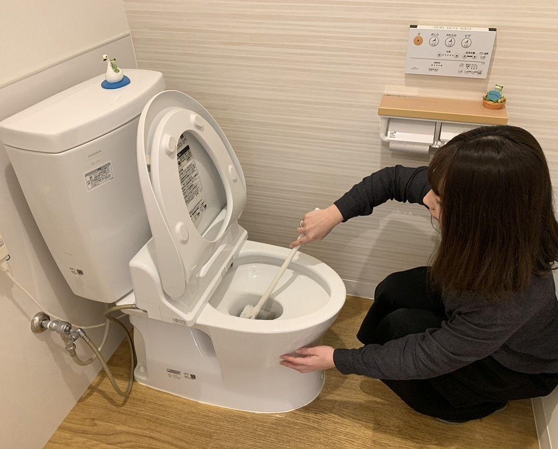 トイレ掃除に励む西内
