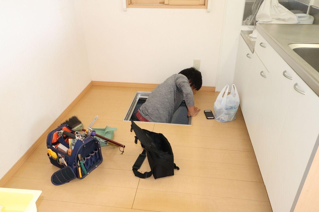 床下収納部分から出てくる池田さん