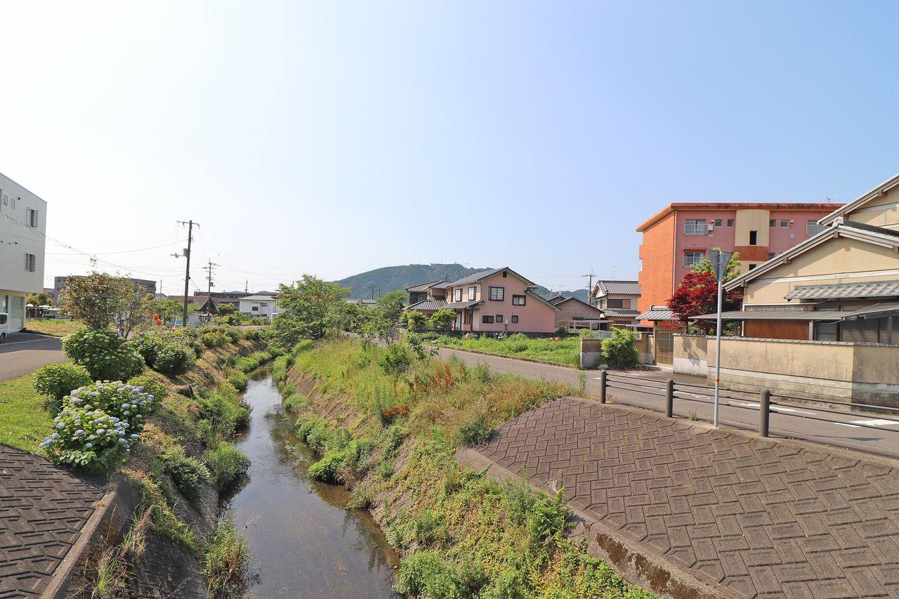 四万十市住宅地を流れる川