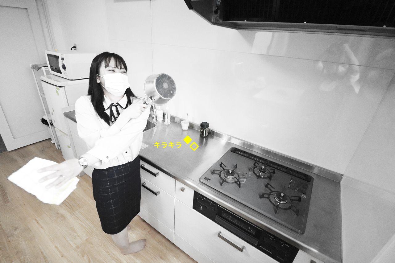 キッチンの水滴を拭き取ります