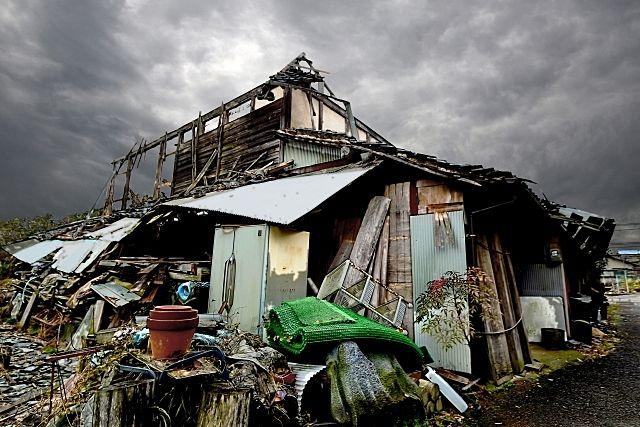 老朽化して朽ちた家