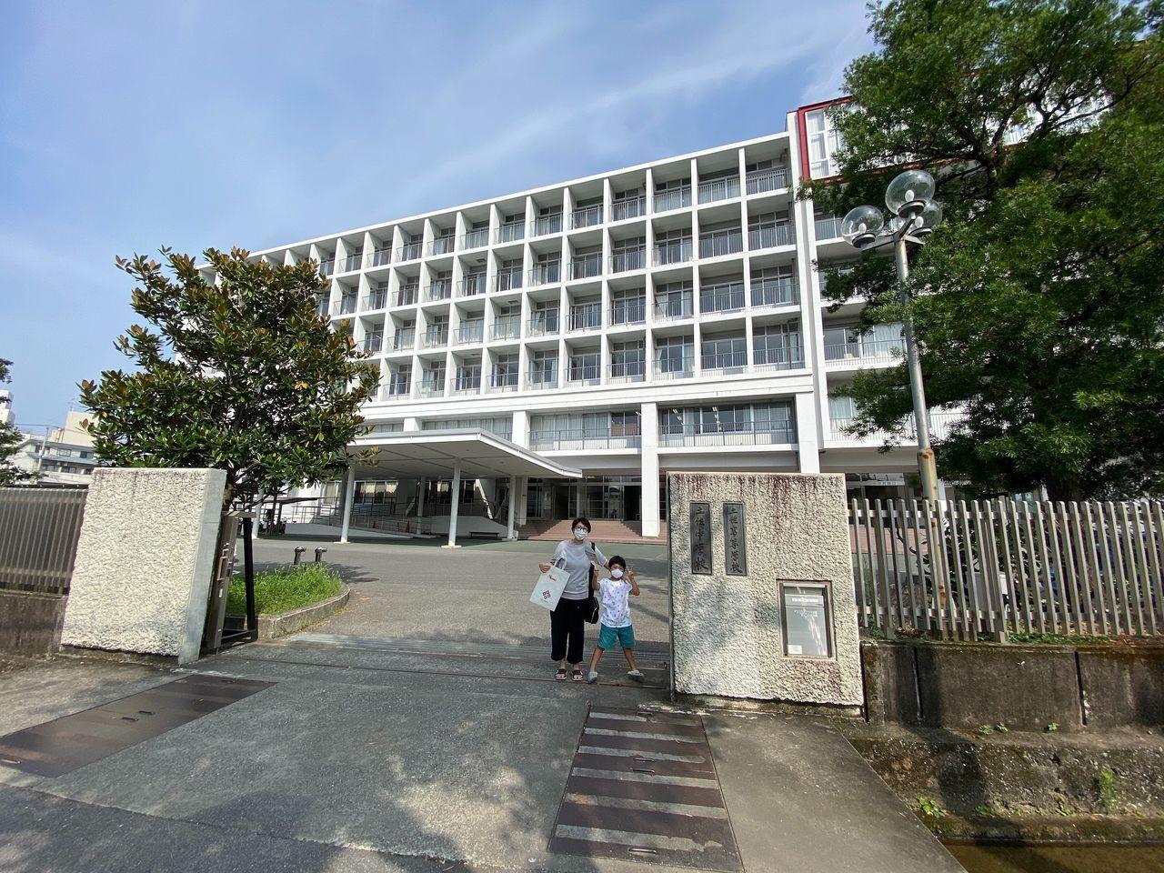 土佐中・高等学校の正門の写真