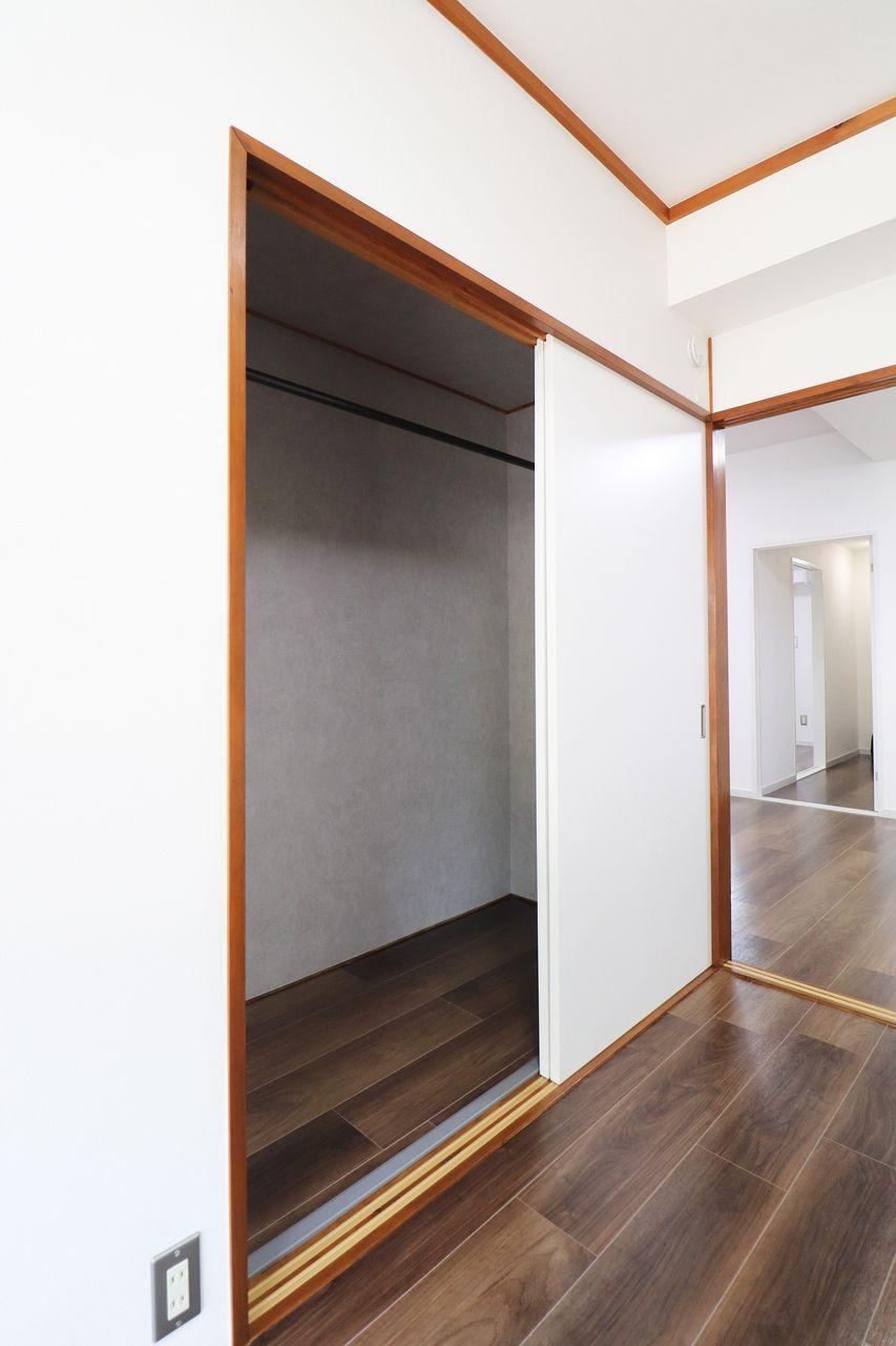 コーポ四万十2号館102号室の南東側洋室のクローゼットの画像です