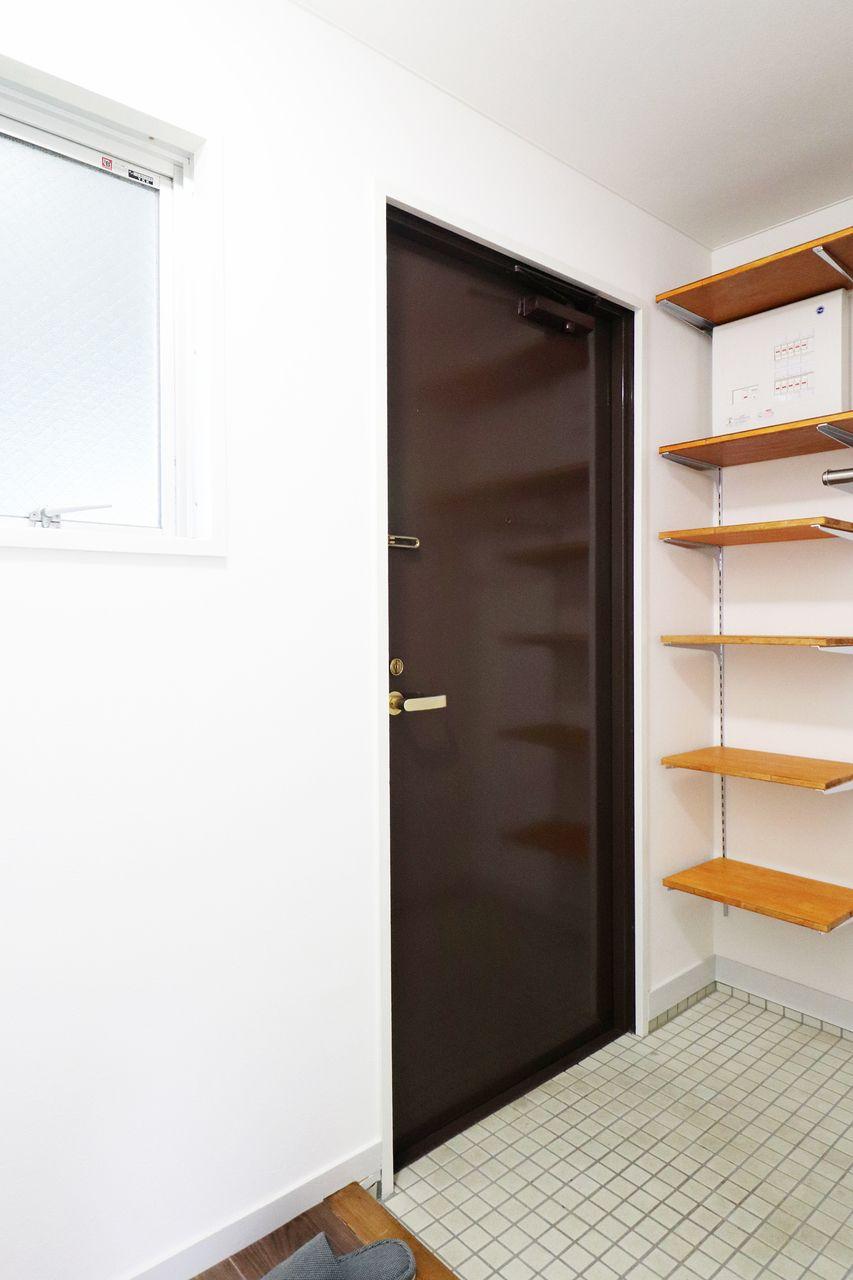 茶色い玄関ドアの画像です