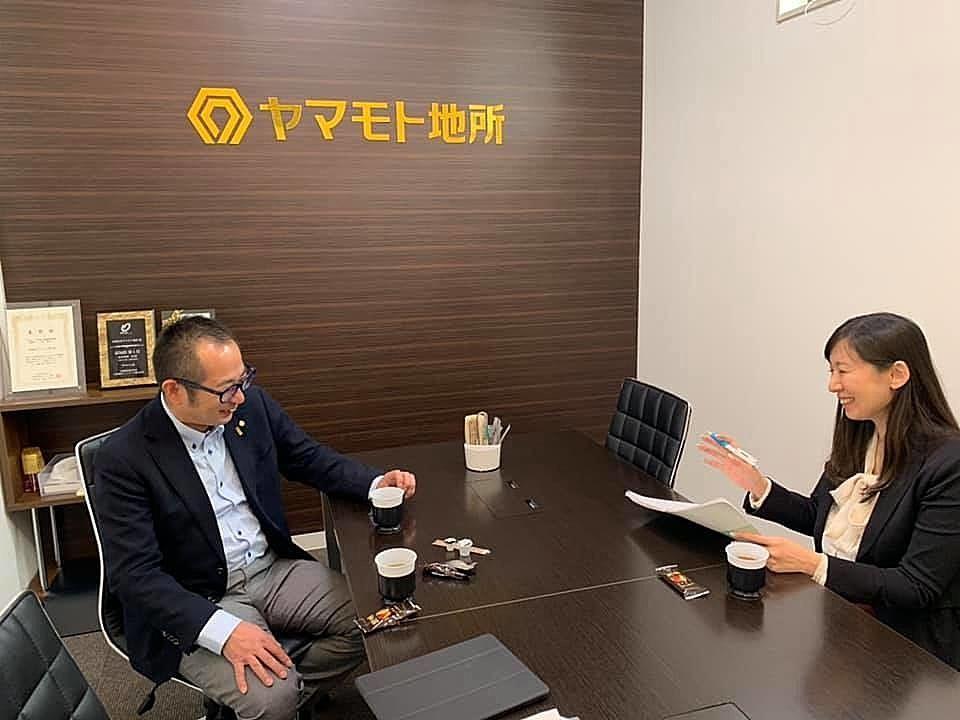 全国賃貸住宅新聞平田記者の取材を受ける社長