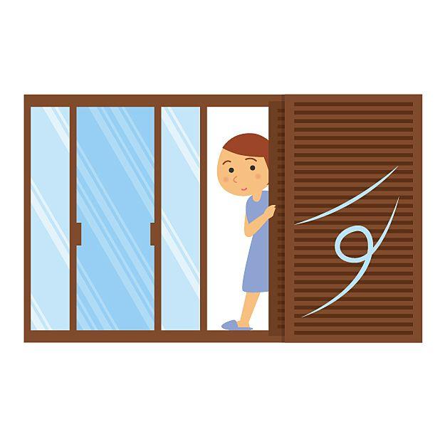 雨戸やシャッターを閉める画像です