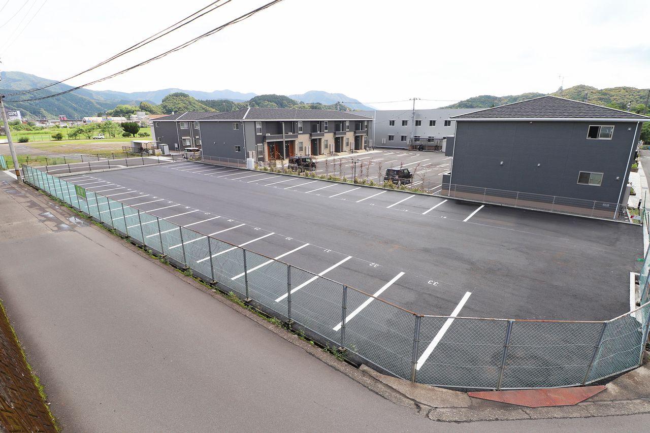 レジデンス今城2号館の敷地外駐車場の画像です