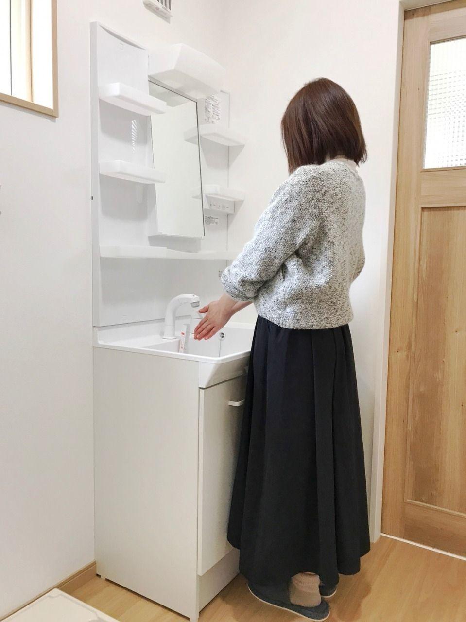 シャワー洗面台で手を洗う野村