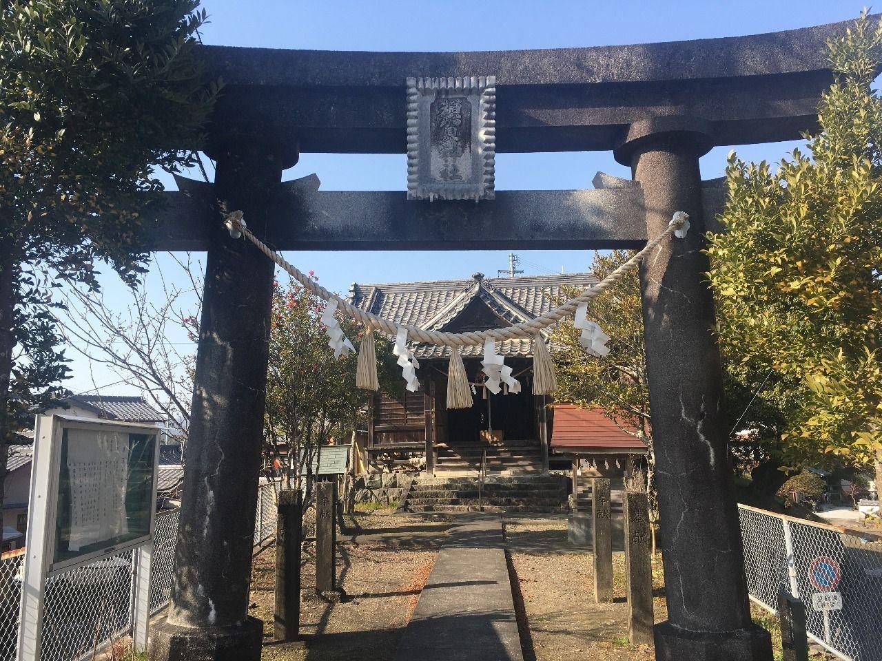 ひっそりと赤鉄橋のそばに佇む須賀神社