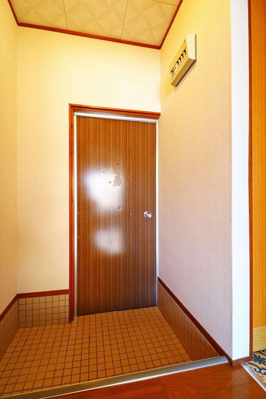 室内から見た玄関