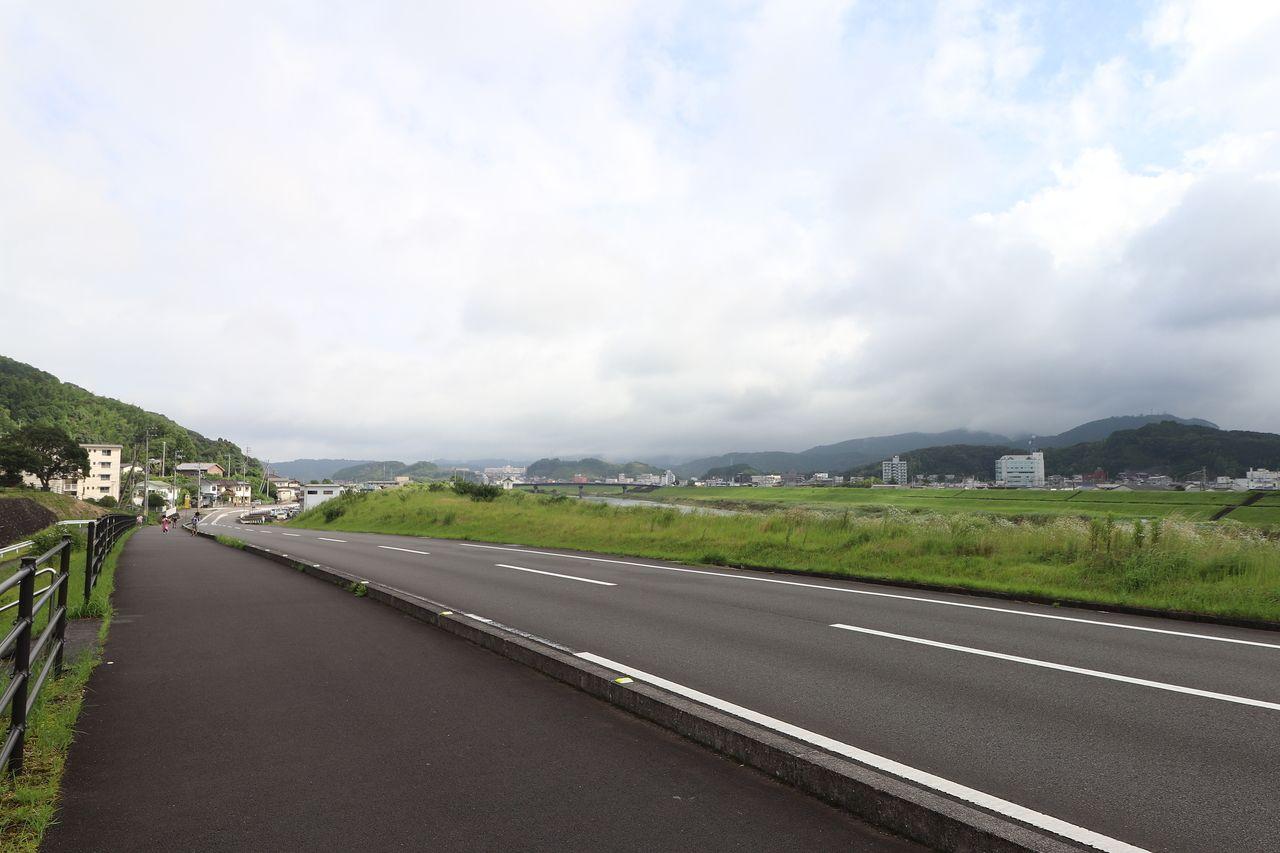 東山小学校前の国道