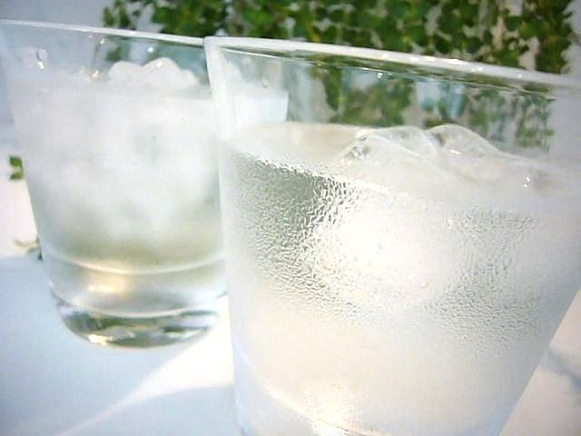 水滴いっぱいのグラス