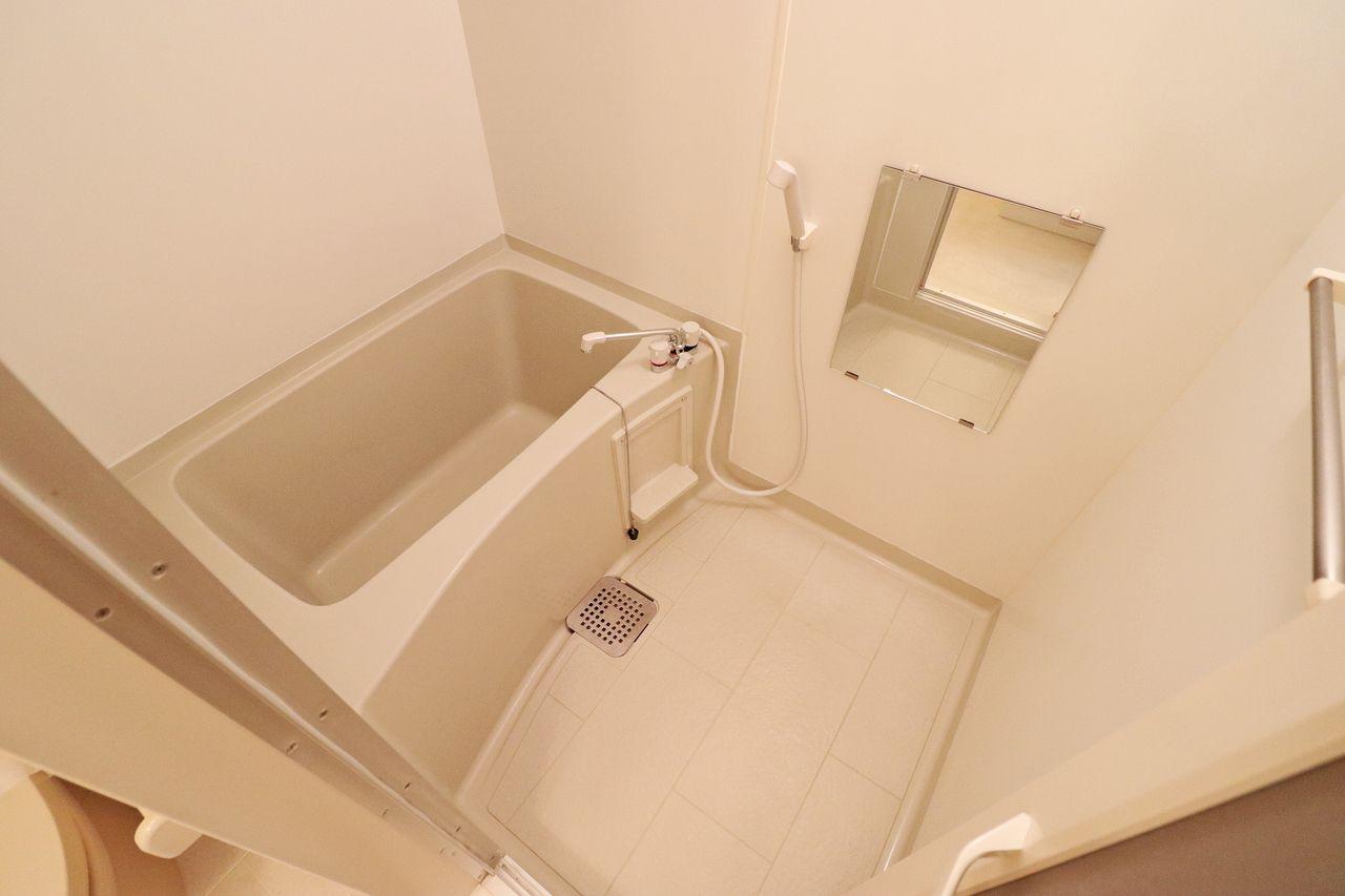 真っ白でシンプルな浴室