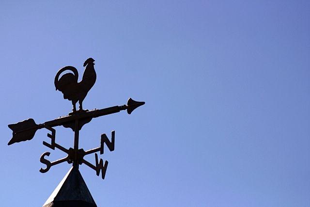方角を示す風見鶏の写真
