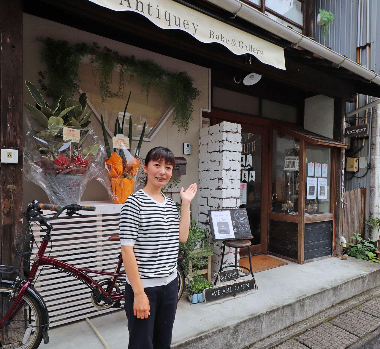 山岡さんアンティーキーベイク&ギャラリーの外観前で撮影。外観もお洒落にDIY。