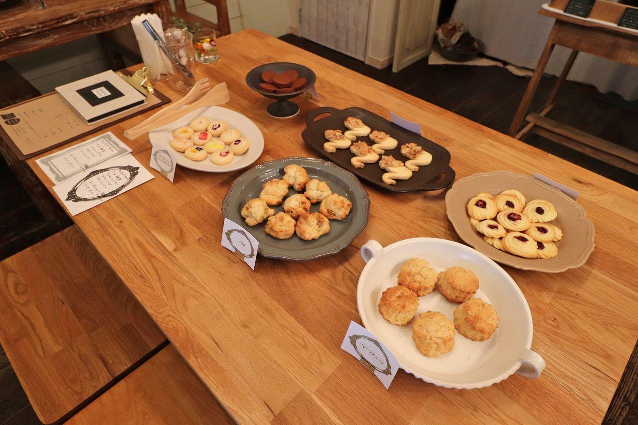焼き菓子の試食。色んな種類のクッキーやスコーンが用意されていました。