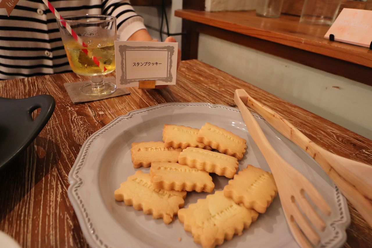 サクサク、ほろほろのスタンプクッキー。アンティーキーの文字がかかれていました。