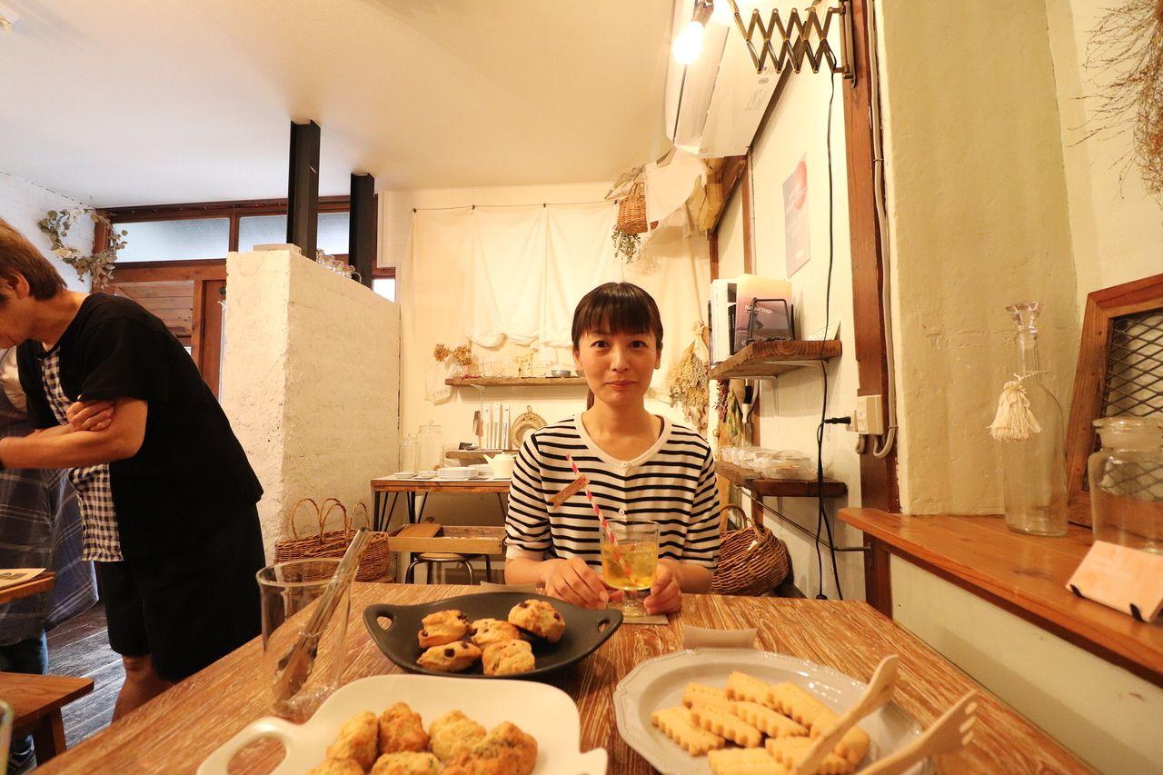 焼き菓子を前に、嬉しそうな山岡さん