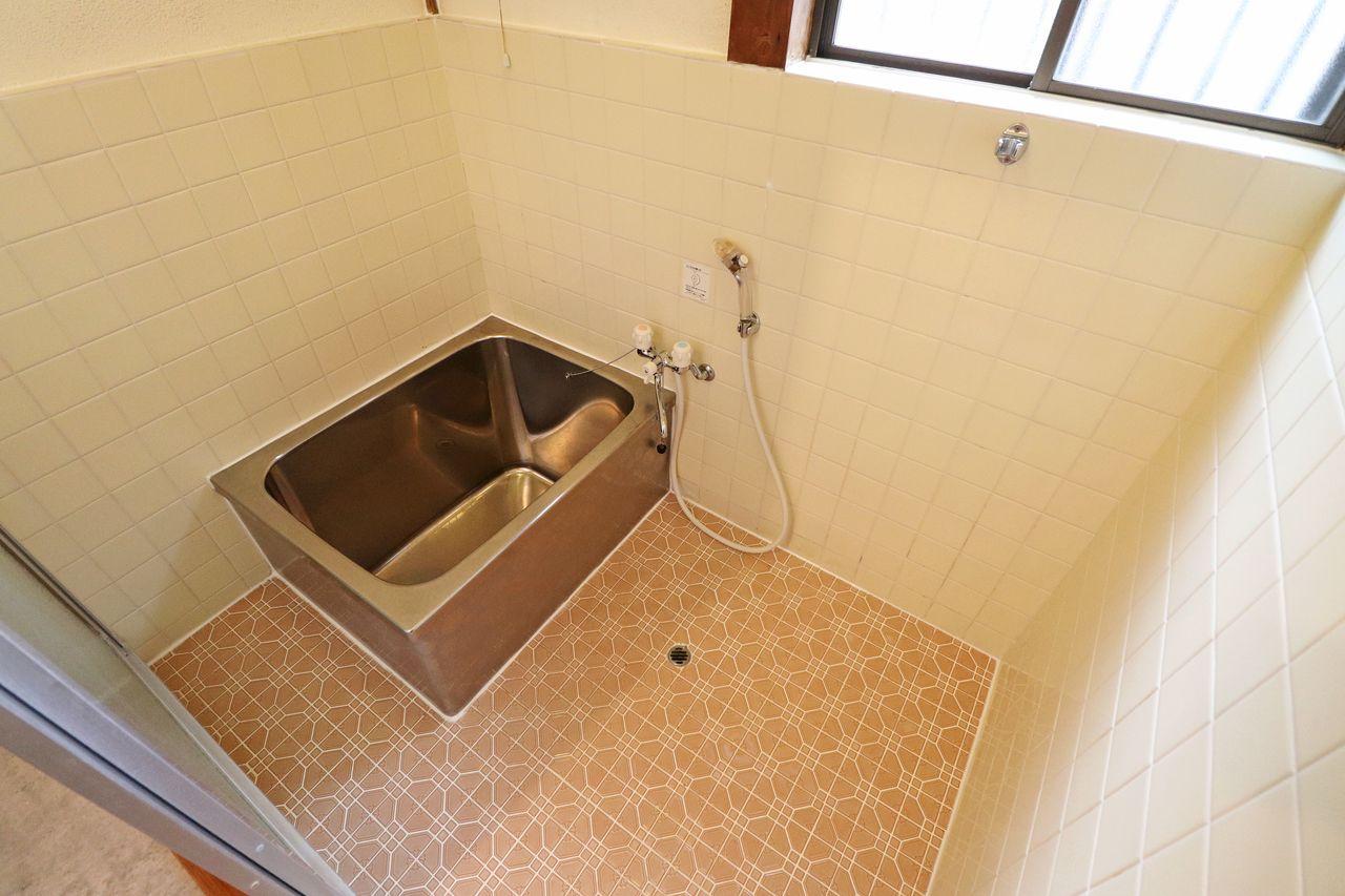 浴室は、浴室窓・シャワー付き