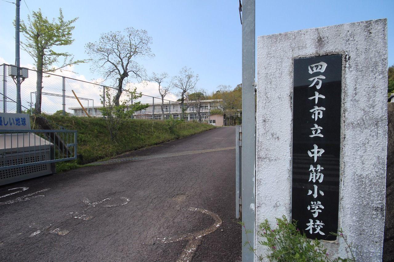 小学校は歩いて10分ほど(約700m)。少し距離はありますが、いい運動になっていいのではないでしょうか。